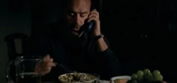 Montalbano mentre mangia un piatto di Adelina
