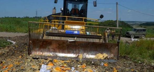 Rusia distruge alimentele din SUA cu buldozerul