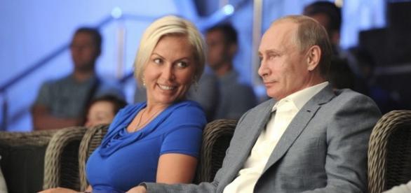 Putin in compania unei frumoase blonde