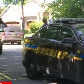 Poliţia investigând crima la faţa locului