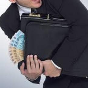 Retendo dinheiro que deve beneficiar trabalhador