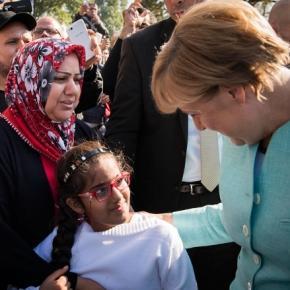 Kanzlerin Angela Merkel bei Flüchtlingen in Berlin
