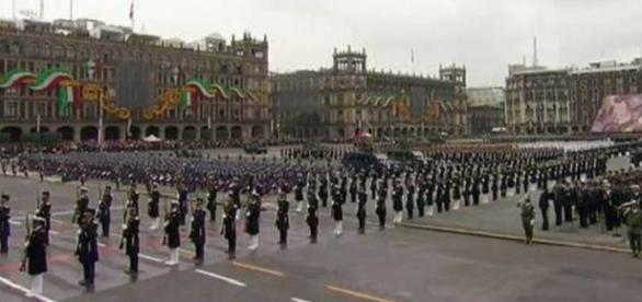 Foto: @PresidenciaMX. Desfile conmemorativo México