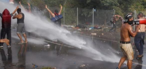 Hungarian police uses a water cannon,photo:Reuters