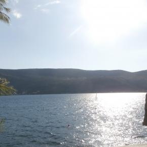 Herceg Novi és a tenger napsütésben.