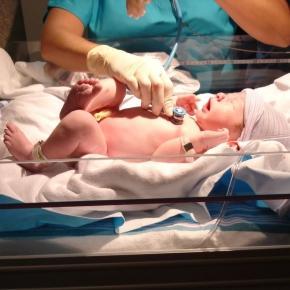 Copil născut prematur la terapie intensivă