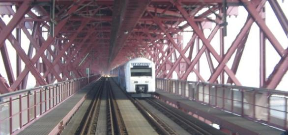 Comboio da Fertagus a passar a Ponte 25 de Abril
