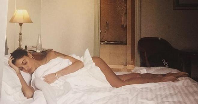 Belen rodriguez una foto a letto con l 39 influenza prima di - Foto di innamorati a letto ...