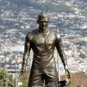 Nome de Messi na estátua de Cristiano