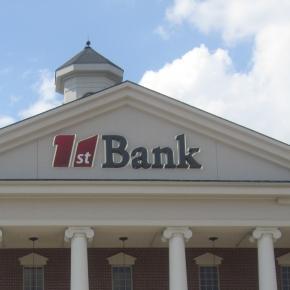 Bank: symbol globalnego rekietu finansowego.