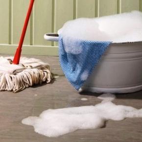 Bărbatul spăla pe jos cu capul soției