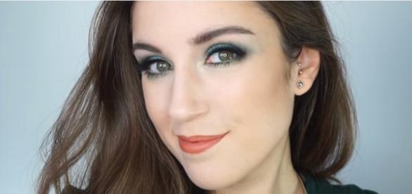 María en uno de sus tutoriales de maquillaje