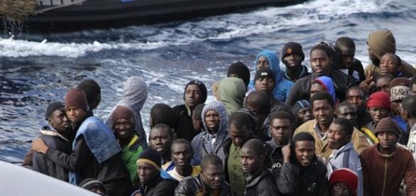 Imigranţi sosind în insula grecească Lesbos.