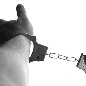 Kajdany: symbol zabicia wolności.