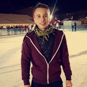 Maxent Houillon (connu sous le nom de Baptiste Garcia) à la patinoire (source : Têtu)