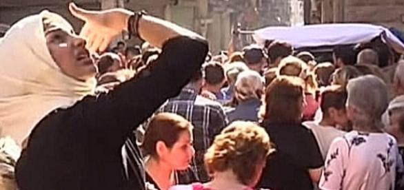 Kobiety w Aleppo, czekające na rozdawaną pod cerkwią greko-katolicką żywność z Rosji. YouTube video: Вести недели с Дмитрием Киселевым от 091016
