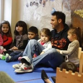 Erzieher und Kinder in einer Kindertagesstätte in Dortmund (Imago)