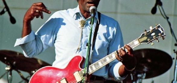 Chuck Berry num espetáculo, em 1997