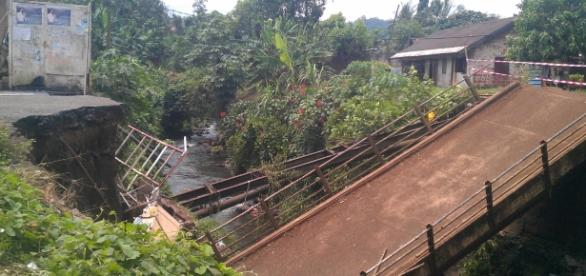 Collapsed bridge that leads to the Tiko airport (photo by Amos Fofung)