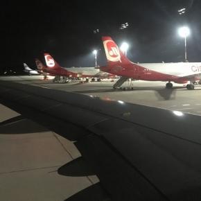 Eine Reihe von Air Berlin Flugzeugen am Abend in Berlin-Tegel