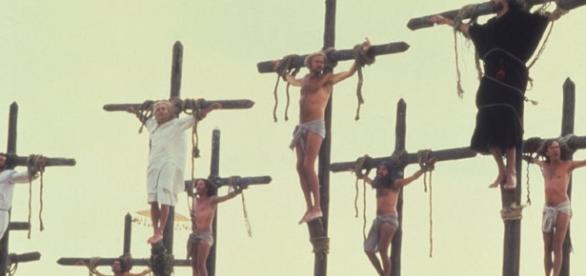 Brian Monty Pythona wisi na krzyżu - wcześniej niósł krzyż pański