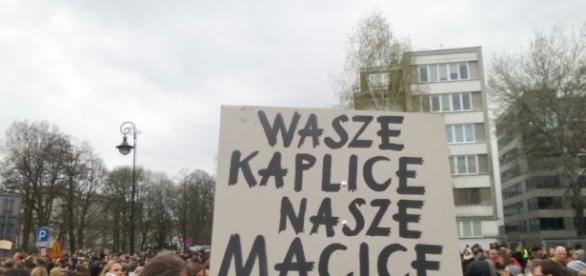 """Czy protesty pod hasłem """"kaplice"""" liczebnie przewyższą protesty pod hasłem """"macice""""?"""