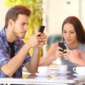 Tak teraz wyglądają spotkania z ludźmi. Z ludźmi, czy smartfonami? (fot. shutterstock)
