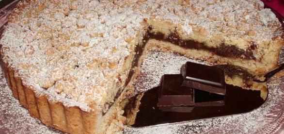 La torta sbriciolata ripiena di cioccolato.