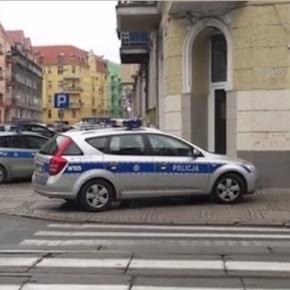 źródło: fragment z materiału nakręconego przez świadka zdarzenia; na zdjęciu widoczny jest źle zaparkowany radiowóz