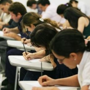 Pessoas realizando provas. Como será que elas estudaram?