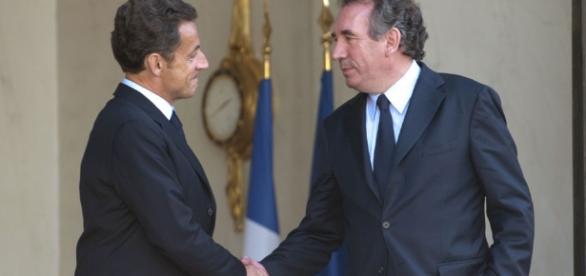 Sarkozy/Bayrou, fausse poignée de mains et hypocrisie à la Française. Le combat entre les deux demeure.