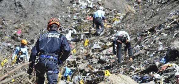 Nach dem Germanwings-Absturz: Helfer suchen an der Absturzstelle nach Informationen. Foto: p-online.de