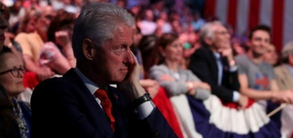 Watch Bill Clinton, he doesn't seem to be pulling for Hillary to win! Photo: Blasting News Library - inquisitr.com