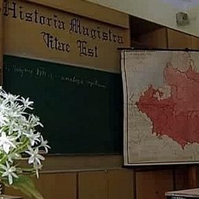 Historia magistra vitae est, in einem alten Gymnasium mit gebrochener Schrift geschrieben. Aus YouTube-Video: Als der Osten...