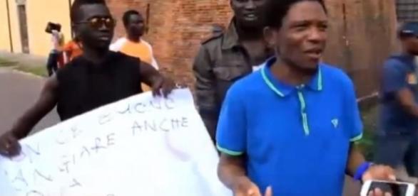 Protestierende Flüchtlinge in Italien (Screenshot)