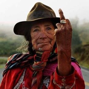 Alte, indigene Frau in Ecuador