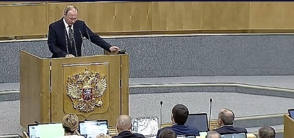 Putin przemawia w Dumie na tle orła wschodnich Rzymian i Świętego Cesarstwa Rzymskiego. YouTube video: Вести в 2000 от 051016