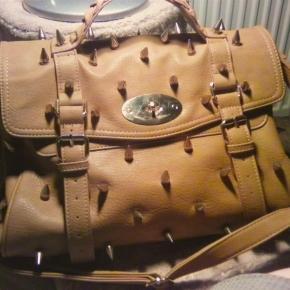"""""""Spiky"""" eine mit Nagelnieten besetzte Handtasche. Gut geeignet zur Selbstverteidigung"""