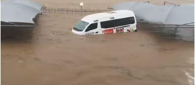 Freak weather - cloudburst in South Africa; road chaos and fatalities [Video]