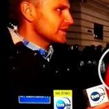 Reporter TVN strollowany przez kibica.