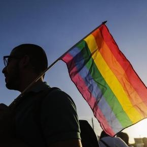 Die Farben des Regenbogens trügen. Schwule leben wieder in Angst.