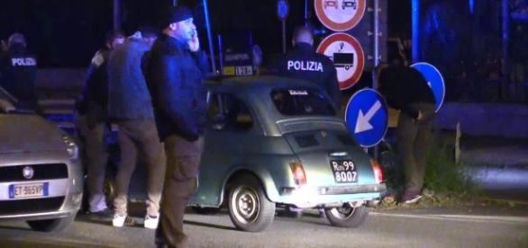 Ostia, Fiat 500 storica forza posto di blocco: poliziotto spara