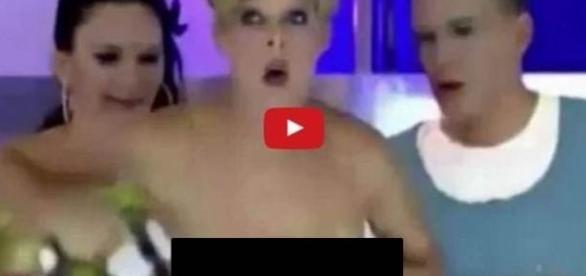 Apresentadora fica nua em palco depois de problemas com o microfone. Veja o vídeo