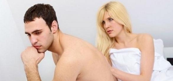 Falta de interesse sexual por você pode ser um indício de que seu parceiro se interessa por homens