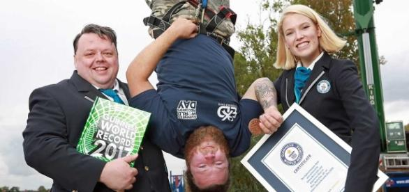 Craig Glenday et Sofia Greenacre, des Guinness World Records, avec Simon Berry © Matt Alexander
