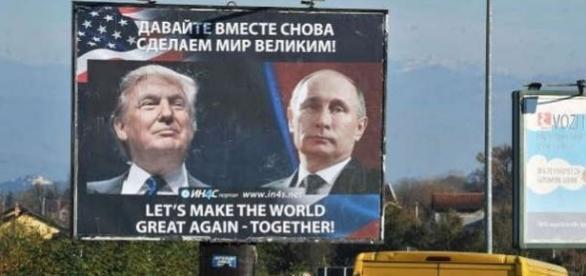 Un panou care îi arată pe președintele ales Donald Trump și cel rus, Vladimir Putin, în orașul Danilovgrad - Foto: © Savo Prelevic/AFP/Getty Images