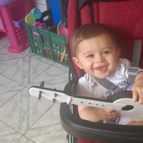 Rafael, meu filho de 8 meses, aproveita seus brinquedos e procurarei não inseri-lo no mundo dos celulares e tablets tão cedo!