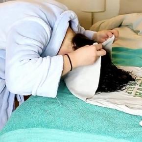 Dormir com uma camiseta enrolada na cabeça pode ajudar a ter cabelos cacheados perfeitos