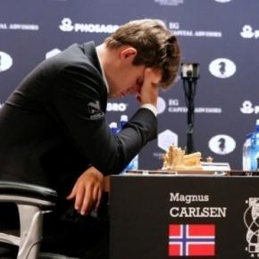 Mit seinem Sieg in Runde 8 verschafft sich Karjakin über Carlsen einen Vorteil