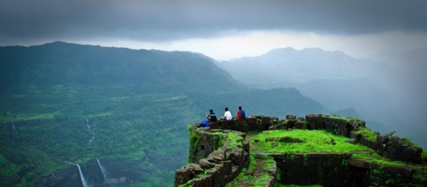 The most amazing places for trekking in india during the for Places to run off and get married